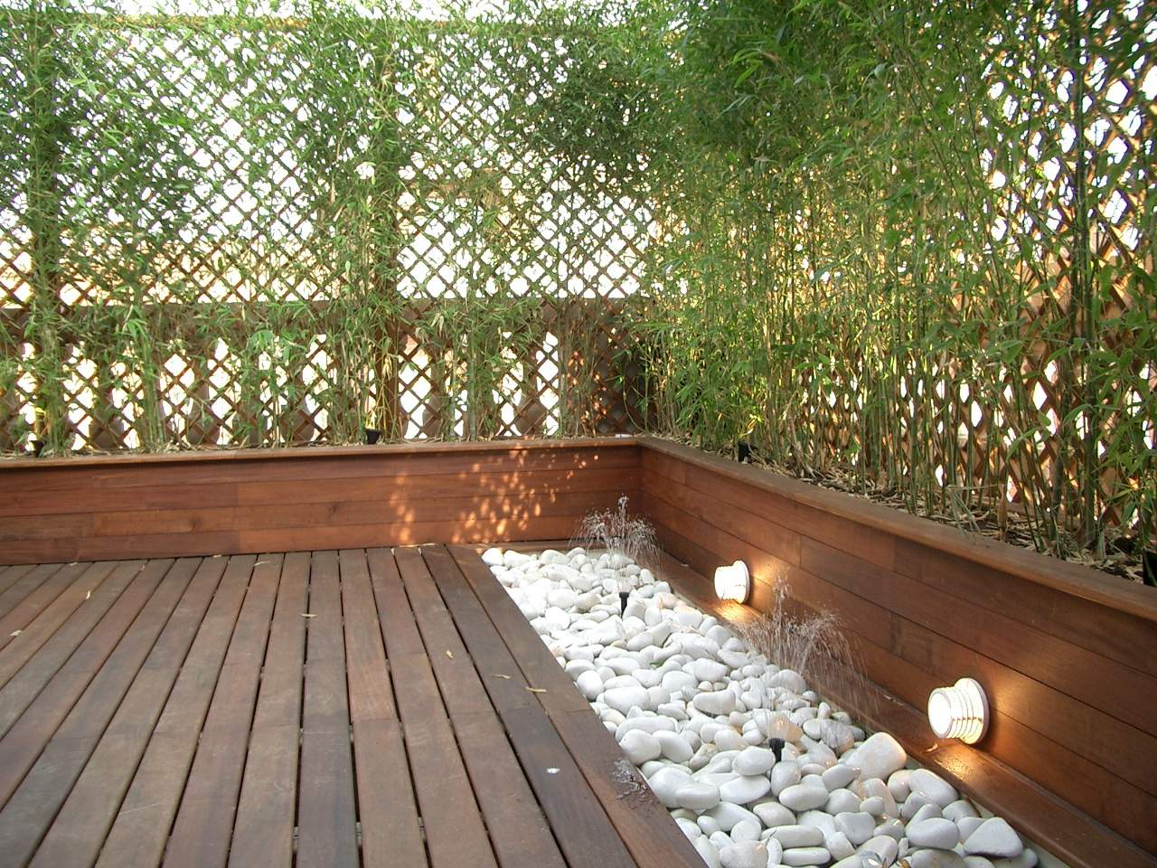 terraza en barcelona madera tropical jardineras y tarima - Jardineras Exterior