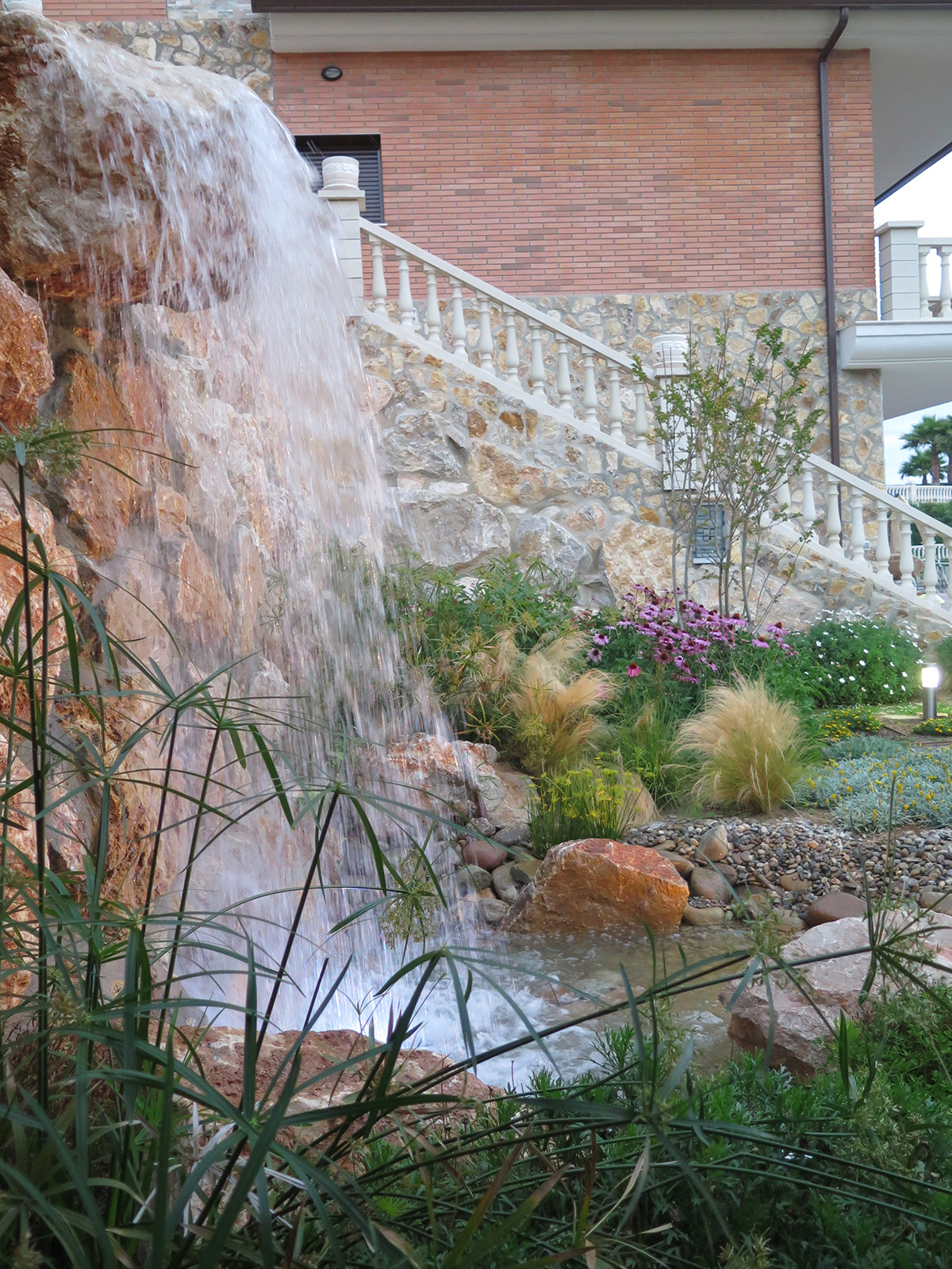 Private garden with a waterfall and living willow for Cascadas de jardin piedra