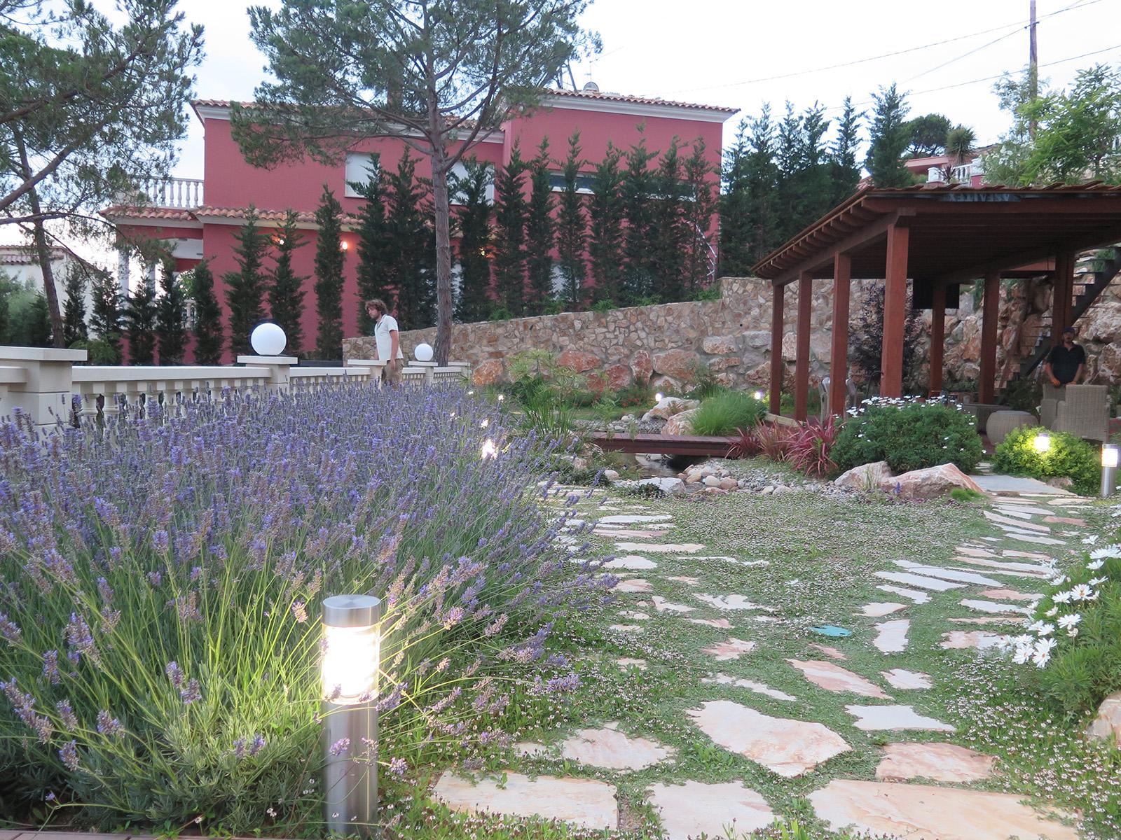 Jardin particular con cascada y estanques landshaft - Paisajismo barcelona ...