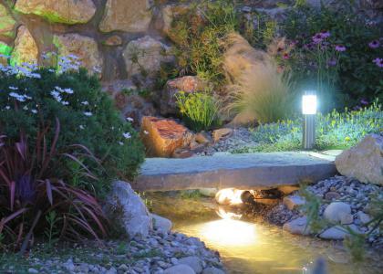 Sistemas de iluminación y sonido exteriores para jardines
