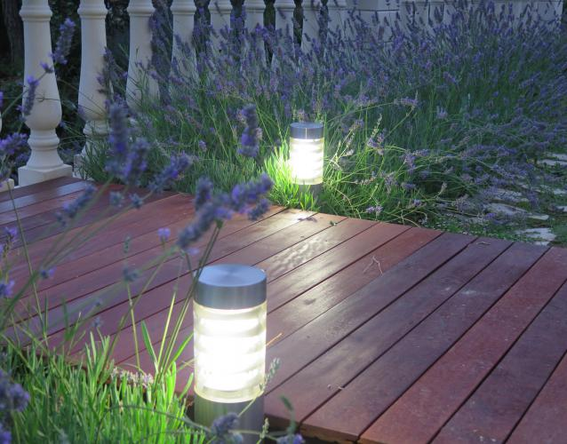 iluminacion camino de madera jardin