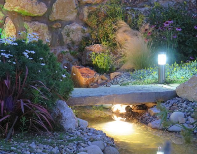 iluminacio agua cascada estanque