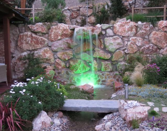 iluminacio agua cascada estanque colores leds