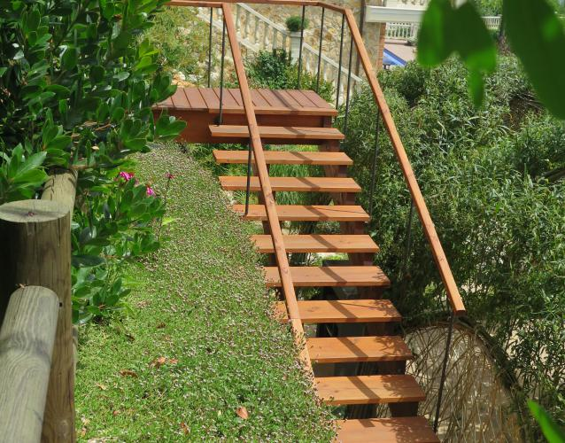 escalera exterior de madera duglas teñida