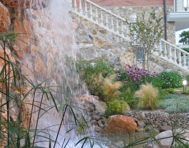 jardin particular con cascada y estanques
